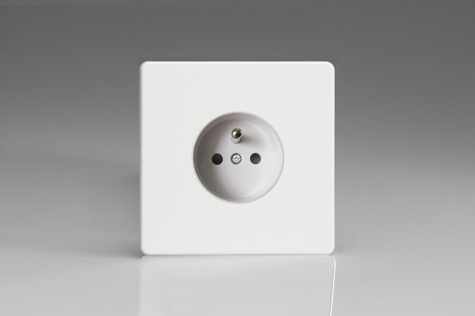 XEQ4FW Varilight European 1 Gang (Single), Euro (Pin Earth) Socket, Dimension Screwless Premium White